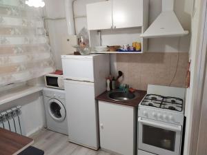 Кухня или мини-кухня в Апартаменты на Красноармейской