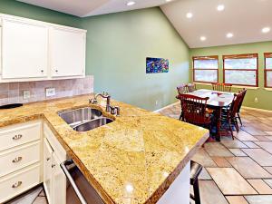 Кухня або міні-кухня у Four-Bedroom Lakeway Waterfront House