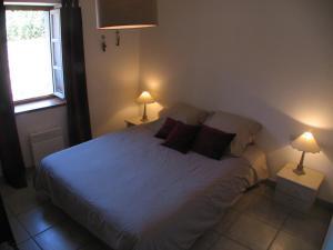 A bed or beds in a room at Appartement Le Saint Gimer - Les Balcons de la Cité