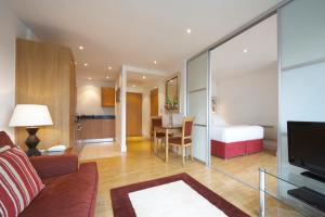 Кът за сядане в Marlin Apartments Stratford