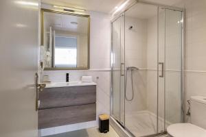 A bathroom at Casa Rainbow Sitges