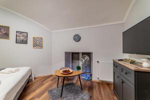 Telewizja i/lub zestaw kina domowego w obiekcie Diamond Residence - Holy King Apartment