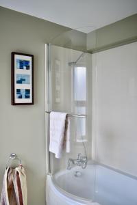 Ein Badezimmer in der Unterkunft 3 Bedroom House by William Clarke Park