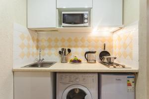 Кухня или мини-кухня в Apt on Nevsky 136 #1