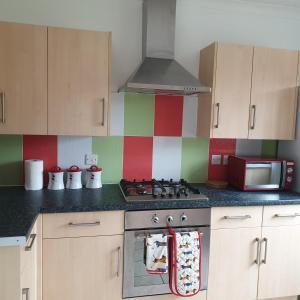 A kitchen or kitchenette at I Dwell Dartford House