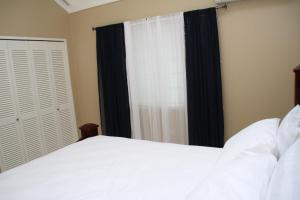 A bed or beds in a room at Hidden Treasures @ Coolshade