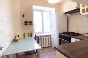 A kitchen or kitchenette at Apartment on Khomiakova 18