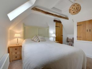 A bed or beds in a room at Holiday Home Court Farm Stables.2
