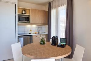 A kitchen or kitchenette at Aparthotel Adagio Access Nice Magnan