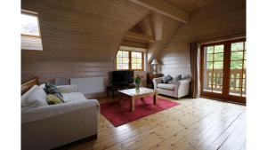 A seating area at *⟣ Clare's Chalet ⟢* Luxury Oxford Holiday Home
