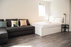 A bed or beds in a room at Lux Studio - Perfect for 2, big enough for 4!