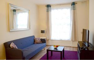A seating area at OYO Home Kings Cross-St Pancras Garden 4 Bedroom