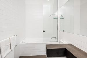 A bathroom at Byron Butter Factory Apartments