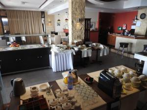 A kitchen or kitchenette at Hill View Hotel Apartments