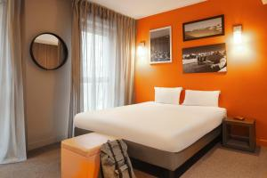 A bed or beds in a room at Aparthotel Adagio Marseille Vieux Port