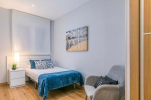A bed or beds in a room at Zurriola Suites by Forever Rentals