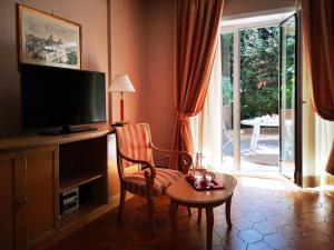 Телевизор и/или развлекательный центр в Aurelia Residence San Pietro Aparthotel