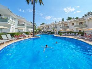 Het zwembad bij of vlak bij Universal Aparthotel Elisa