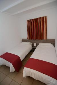 A bed or beds in a room at Parquemar