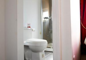 Ett badrum på Royal Suites Riverview by Homing