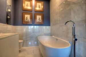 Uma casa de banho em Luxury St Pauls Penthouse