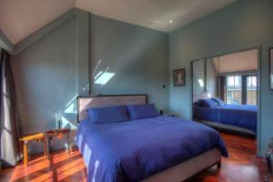 Uma cama ou camas num quarto em Luxury St Pauls Penthouse