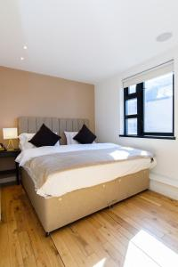 A bed or beds in a room at Airserviced Oakfield Apartments