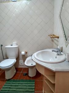 A bathroom at Apart. Almerinda-Al64544