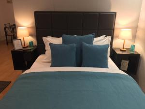 A bed or beds in a room at Oporto Santa Catarina Apartments