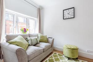 A seating area at Trendy Covent Garden Apartment