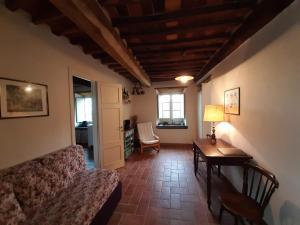 A seating area at Loggia del Centone - Appartamento Oliveto
