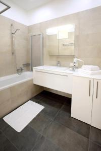 A bathroom at Steiner Residences Vienna Augarten