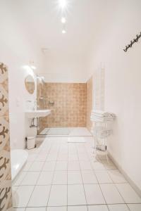 A bathroom at Vienna-Vintage-Apartment