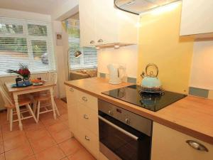 A kitchen or kitchenette at Longships