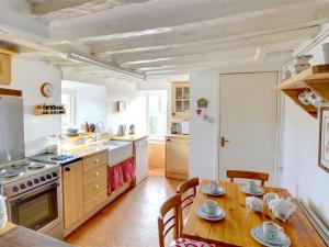 A kitchen or kitchenette at Holiday Home Llanfachreth