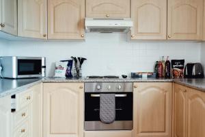 Una cocina o zona de cocina en Canon Court ApartHotel