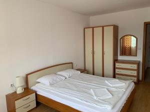 A bed or beds in a room at Riviera Fort Apartments CTS