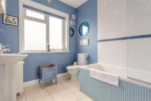 A bathroom at Spacious 2 Bedroom Flat in Acton