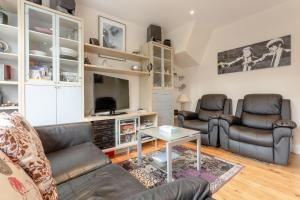 A seating area at Spacious 2 Bedroom Flat in Acton
