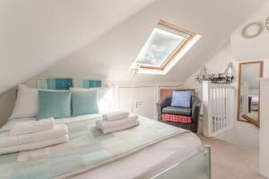 A bed or beds in a room at Spacious 2 Bedroom Flat in Acton