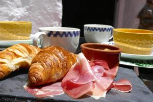 Breakfast options available to guests at Casa Valle de Palmeras