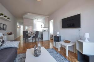A television and/or entertainment center at Terrace, Light filled Penthouse. Near Parque Berlin
