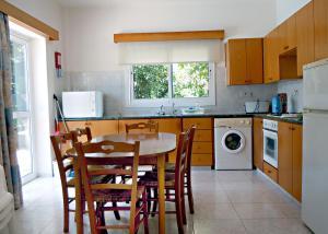 Кухня или мини-кухня в Rododafni Villas