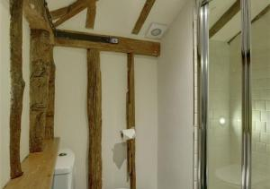 A bathroom at Hartley Dyke Barn
