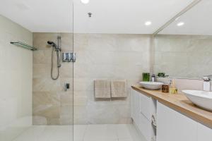 A bathroom at Aqueous Apartment