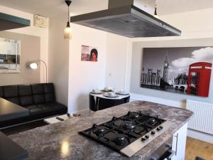 A kitchen or kitchenette at Avenue Apartment