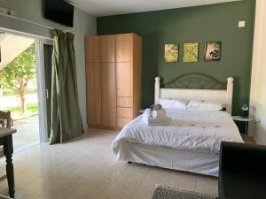 Een bed of bedden in een kamer bij Anastasios Olive Garden Apartments