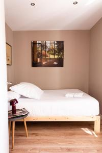 A bed or beds in a room at Brummell Apartments Poble Sec
