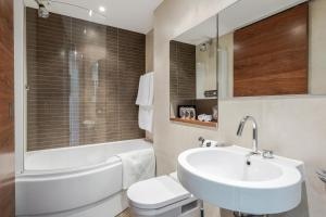 A bathroom at Luxury Studio Chelsea Bridge Wharf