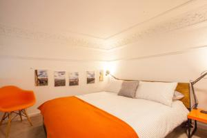 A bed or beds in a room at Stunning, bright property in beautiful West End